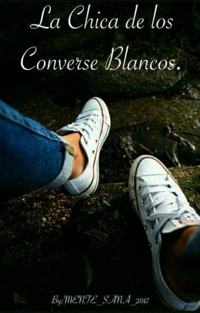 la chica de los converse blancos