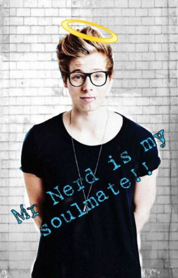 Mr Nerd is my soulmate (Luke Hemmings AU)