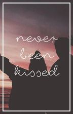 Never been kissed || Calum Hood by lhemmonade