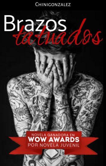 Brazos tatuados.