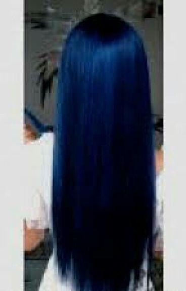 La ragazza dai capelli blu.