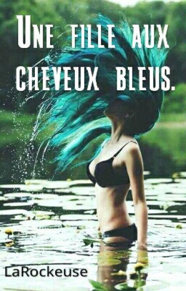 Une fille aux cheveux bleus.