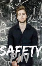 Safety Pin « Luke Hemmings by hoodscastaway