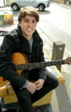 The guy with the smile and guitar (Taylor Henderson fanfic) by Eminemineminem5sos1d